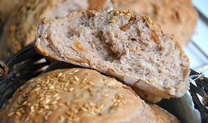 Petits pains complets aux noix, figues et graines de lin