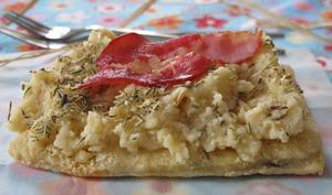 tartelette à la purée de pommes de terre aillée, herbes de provence et chips de lars