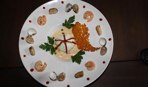 Ile Flottante au Chorizo, caramel de poivron et galette de riz safrané