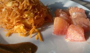 Salade monochrome orange aux lentilles corail, pamplemousse, carottes et mimolette