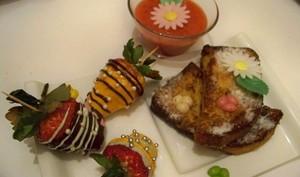 Soupe de fraises au Yuzu , fraises au chocolats sur brioche perdue