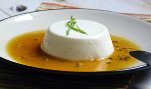 Panna cotta au lait fermenté, coulis de fruits de la passion