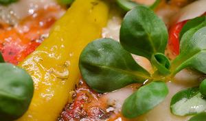 Pizza aux poivrons, au gorgonzola et à la mâche