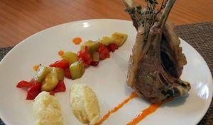 Carré d'agneau sauce aux poivrons et quenelles de panais