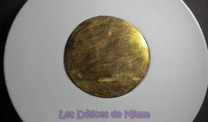 Mousse au chocolat cachée sous une feuille d'or