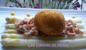 Œuf frit sur lit d'asperges et de crevettes grises, vinaigrette au caramel d'orange