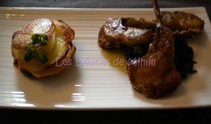 Côtes d'agneau en croûte de parmesan, pommes Anna, jeunes pousses d'épinards