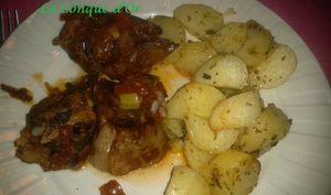 Sauté d'agneau avec sauce tomate et oignons