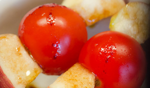 Brochettes de tomates cerises et pomme rouge