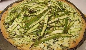 Pizza blanche au brousse et asperges vertes, parmesan et pecorino