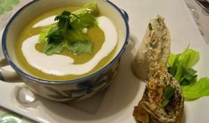 Soupe verte au lait de coco et makis de crêpes au fromage de chèvre et noix de cajou