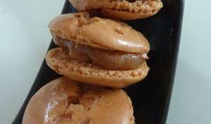 Macaron au caramel beurre salé et noix de pécan caramélisées