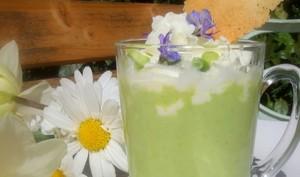 Cappucino glacé de petits pois, chantilly wasabi et fleurs de romarin, tuile parmesan