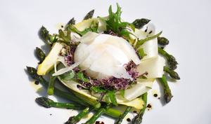 Une petite salade d'asperges, oeuf poché et parmesan