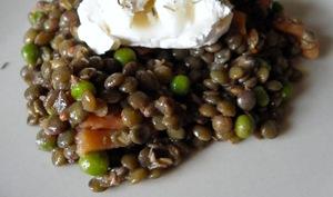 Salade de lentilles vertes au saumon fumé, petits-pois et chèvre
