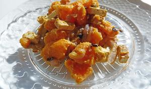 Poêlée de patates douces, tofu fumé et oignons rouges