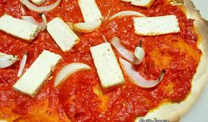Pizza à l'ajvar, tofu et oignons
