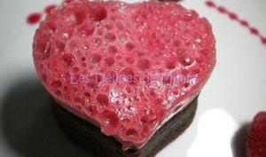 Cœur givré aux framboises sur cœur fondant en chocolat