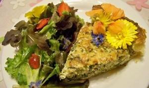 quiche corse aux herbes et salade de fleurs