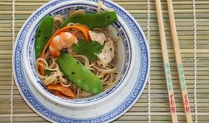 Wok de pois gourmands et carottes, nouilles chinoises au sésame, crevettes et poulet