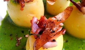 Grenailles farcies aux calamars sautés poivre et sel, chips de peau de pomme-de-terre et velouté persil et coriandre