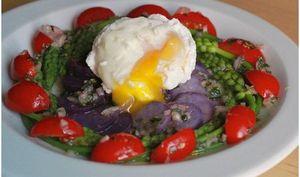 Salade d'asperges sauvages, vitelottes et oeuf poché