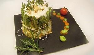 Charlotte aux asperges, saumon à l'aneth et thym citron, noisettes, coulis de poivron rouge et banyuls
