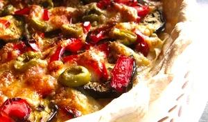 Tarte aux aubergines, poivrons, olive au bacon et mozzarella
