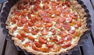 Tarte aux tomates cerise, chèvre et basilic