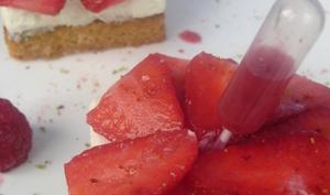 Sablé breton au piment d'Espelette sur mousse au chocolat blanc et zestes de citron vert, rosace de fraises au piment d'Espelette