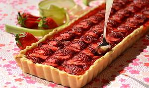 Tarte aux fraises, à la rhubarbe et à la bergamote