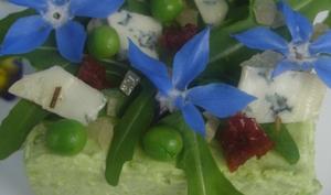 Bavarois de petits de pois sur sablé, salade au Bleu de Gex