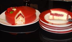 Entremet chocolat blanc fruits rouges sur génoise pralinée
