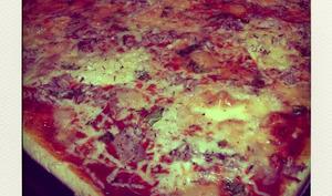 Pizza au thon, chèvre et basilic frais