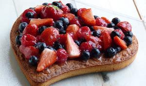 Tarte aux fruits rouges sur gâteau aux amandes