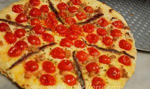 Pizza aux tomates cerise, anchois et thon