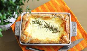 Pâte feuilletée avec fromage, l'ail et le romarin
