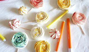 Meringues suisses en sucettes colorées