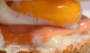 Club sandwich au saumon fumé, à la mozzarella et son oeuf mollet
