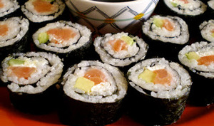 Maki sushi au saumon et à l'avocat