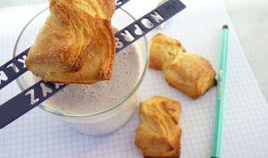 Biscuits feuilletés et yaourt grec comme un lassi à la myrtille
