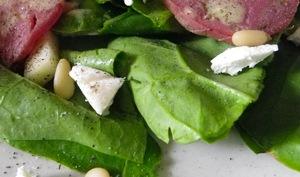 Salade d'épinards frais, chèvre, pomme verte, filet mignon et pignons de pin