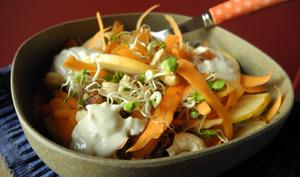 Salade sucrée salée de graines germées et carottes, sauce à la brousse