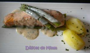 Pavé de saumon aux asperges, sauce citronnée