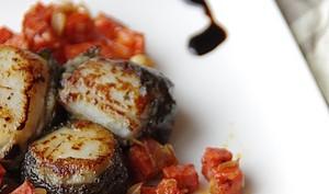 Noix de St Jacques farcies au caviar d'aubergines, vinaigrette de chorizo