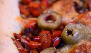 Tarte aux légumes du soleil, au bacon et à la mozzarella