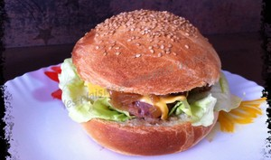 Hamburger gourmand et sa compotée d'oignons