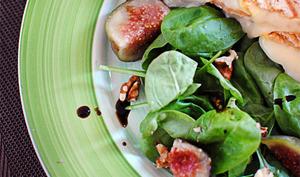 Sandwichs fromagers et salade épinards/figues
