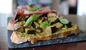 Tartine d'été : Aubergines grillées, jambon de Bayonne, Pesto