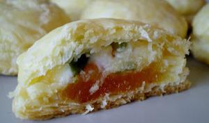 Feuilletés apéritif abricots fromage de brebis et pistaches